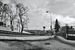 Chomutov, republika czech - Styczeń 20, 2017: Mostecka ulica w zimie z śniegiem, samochodami i supermarketem, Kaufland na tle Obrazy Royalty Free