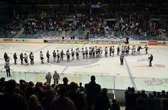 Chomutov, republika czech - Wrzesień 21, 2012: gratulation między graczów piratami Chomutov Praga po lodowego hokeja i Sparta mat Zdjęcie Royalty Free