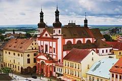 2016/06/18 Chomutov-stad, Tsjechische republiek - Kerk ' Kostel SV Ignace' en Galerij ' Spejchar' op het vier Royalty-vrije Stock Foto's