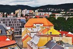 2016/06/18 Chomutov-stad, Tsjechische republiek - noordelijk deel van de Chomutov-stad onder de bergen Royalty-vrije Stock Afbeeldingen