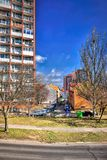 Chomutov Tjeckien - April 01, 2018: sikt till historiska hus och bilar i den Lidicka gatan under första vårsolsken Royaltyfri Foto