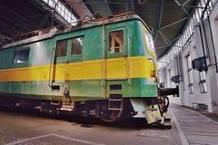 2016/08/28 - Chomutov Tjeckien - göra grön och gulna den elektriska lokomotivet E422 0002 Royaltyfri Fotografi