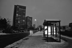 Chomutov Tjeckien - Januari 20, 2017: aftonBezrucova gata med bussstationen på förgrund under vintersmogläge Arkivbild