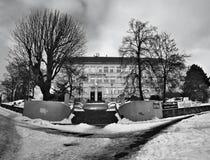 Chomutov Tjeckien - Januari 20, 2017: historisk byggnad av gymnaziumskolan i den Mostecka gatan under vinter med snö Royaltyfri Foto