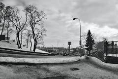 Chomutov Tjeckien - Januari 20, 2017: Mostecka gata i vinter med snö, bilar och supermarket Kaufland på bakgrund royaltyfria bilder