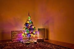 Chomutov, Tschechische Republik - 24. Dezember 2017: Weihnachtsbaum mit Geschenken Lizenzfreie Stockfotografie