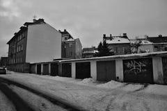 Chomutov, Tschechische Republik - 20. Januar 2017: Garagen und Häuser in Roosevelt-Straße im verschneiten Winter Stockfotos