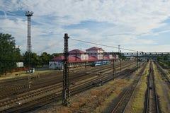 Chomutov, Tschechische Republik - 25. Juni 2018: historisches Bahnstationsgebäude, Personenzug und viele Bahnen in der tschechisc Lizenzfreies Stockfoto