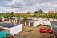 Chomutov, Tschechische Republik - 17. September 2017: Garagen mit rotem Auto in Chomutov-Stadt nach unerwartet starkem Regen am B Lizenzfreie Stockfotografie