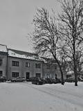 Chomutov, Tsjechische republiek - 20 Januari, 2017: auto's voor huizen in Lidicka-straat in de winter worden geparkeerd die Royalty-vrije Stock Fotografie