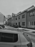 Chomutov, Tsjechische republiek - 20 Januari, 2017: auto's voor huizen in Lidicka-straat in de winter worden geparkeerd die Royalty-vrije Stock Foto