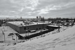 Chomutov, Tsjechische republiek - 20 Januari, 2017: Kauflandsupermarkt in Mostecka-straat wanneer bekeken vanaf de sneeuwbovenkan Stock Foto's