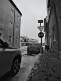 Chomutov, Tsjechische republiek - 20 Januari, 2017: lamp met verkeersteken op eind van Lidicka-straat in de winter met sneeuw Royalty-vrije Stock Foto