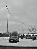 Chomutov, Tsjechische republiek - 20 Januari, 2017: sneeuwparkeerterrein in Mostecka-straat met zwarte auto Opel Astra H Royalty-vrije Stock Fotografie