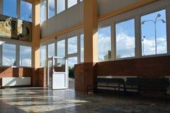 Chomutov, Tsjechische republiek - 25 Juni, 2018: de lege vestibule van station noemde Chomutov-mesto met open deur en nieuwe plas Royalty-vrije Stock Fotografie