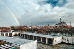 Chomutov, Ustecky kraj, Τσεχία - 11 Δεκεμβρίου 2016: γκαράζ και δρόμος αριθμός 13 με τα σύννεφα και ένα ουράνιο τόξο στο υπόβαθρο Στοκ Φωτογραφίες