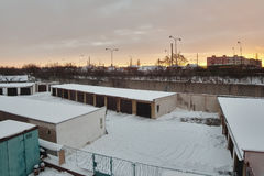 Chomutov, Ustecky kraj, Τσεχία - 7 Ιανουαρίου 2017: γκαράζ και δρόμος αριθμός 13 το πρωί μετά από τις χιονοπτώσεις Στοκ φωτογραφίες με δικαίωμα ελεύθερης χρήσης
