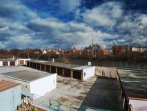 Chomutov, Ustecky kraj, republika czech - Marzec 06, 2017: biel chmury i zmrok - niebieskie niebo nad garażami liczba 13 i drogą Obraz Stock