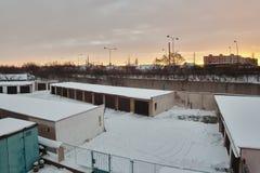 Chomutov, Ustecky kraj, republika czech - Styczeń 07, 2017: garaże i droga liczą 13 w ranku po opadu śniegu Zdjęcia Royalty Free