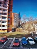 Chomutov Ustecky kraj, Tjeckien - Februari 19, 2017: morgonfoto av den Lidicka gatan i den Chomutov staden under vårsunshin Royaltyfri Foto