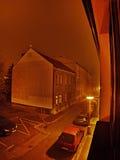 Chomutov Ustecky kraj, Tjeckien - Januari 01, 2017: nattfoto av den Lidicka gatan i den Chomutov staden under det nya året Royaltyfria Bilder