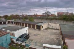 Chomutov, Ustecky-kraj, Tschechische Republik - 15. April 2017: Ford Mondeo-Stand zwischen Garagen an Weg 13 während des sping Na Lizenzfreie Stockbilder