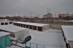 Chomutov, Ustecky-kraj, Tschechische Republik - 5. Januar 2017: Garagen und Betriebsnummer 13 am Nachmittag nach Schneefällen Stockfoto