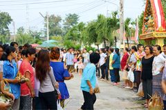 Chon Buri, ТАИЛАНД - 6-ое октября 2017: Селективный фокус, группа людей ждать монаха, летучую мышь Devo Tak Стоковое Фото