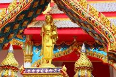 Chon Buri, TAILANDIA - 6 de octubre de 2017 punto del foco selectivo en la estatua de Buda en la entrada arqueada del templo en W Imagenes de archivo