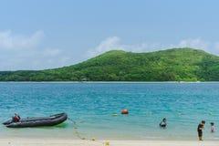 CHON BURI THAILAND - APRIL 19: Oidentifierade turister kopplar av och simmar p? stranden av Samae San ?ar Koh Samae San p? April fotografering för bildbyråer