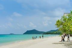 CHON BURI THAILAND - APRIL 19: Oidentifierade turister kopplar av och simmar p? stranden av Samae San ?ar Koh Samae San p? April royaltyfria foton