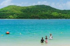 CHON BURI THAILAND - APRIL 19: Oidentifierade turister kopplar av och simmar p? stranden av Samae San ?ar Koh Samae San p? April royaltyfria bilder