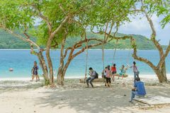 CHON BURI THAILAND - APRIL 19: Oidentifierade turister kopplar av och simmar p? stranden av Samae San ?ar Koh Samae San p? April royaltyfri bild