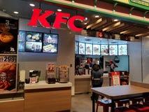 Chon Buri, Thailand - December 21, 2018: Buitenmening van het Snelle Voedselrestaurant van KFC met Klanten, Eind 21 Pattaya tak stock afbeelding