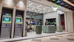 Chon Buri Thailand - December 21, 2018: Den för- servicemitten AIS shoppar service till kunder och folk, terminalen 21 Pattaya arkivfoton