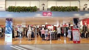 Chon Buri Thailand - December 21, 2018: Den yttre sikten av Uniqlo shoppar, den Pattaya för terminal 21 filialen arkivfoto