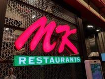 Chon Buri Thailand - December 21, 2018: Logoen av shoppar av MK-restauranger, MK-restaurang är den populäraste Sukiyaki restauran royaltyfria bilder