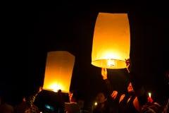 CHONBURI,泰国- 11月28 : 暂挂飞行的fi的二个人 免版税图库摄影