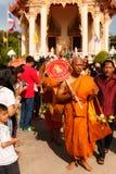 CHONBURI, ΤΑΪΛΑΝΔΗ - 29 ΙΟΥΝΊΟΥ  Μη αναγνωρισμένος νέος βουδιστικός μοναχός Στοκ εικόνες με δικαίωμα ελεύθερης χρήσης