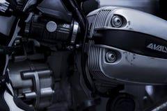 CHONBURI, ТАИЛАНД 10-ОЕ СЕНТЯБРЯ 2017: Крышка головки цилиндра черно-белой сцены одиночная в магазине мотоцикла BMW Стоковые Фото