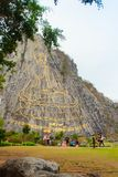 Chonburi, Таиланд - 3-ье мая 2015: Золотой высекаенный лазер Будды и стоковые изображения rf