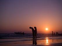 CHONBURI- Kwiecień 23: sylwetka cień para w miłości chodzić Obraz Royalty Free