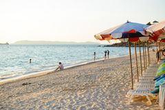 Chonburi, Tailândia - 12 de dezembro de 2015: Praia de Samae, praia famosa no Lan de Ko perto da cidade de Pattaya Imagens de Stock