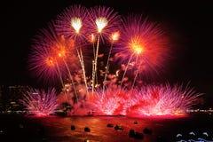 Chonburi, Tailândia - 28 de novembro de 2015: O festival internacional dos fogos-de-artifício de Pattaya é uma competição entre p Foto de Stock