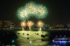 Chonburi, Tailândia - 28 de novembro de 2015: O festival internacional dos fogos-de-artifício de Pattaya é uma competição entre p Imagem de Stock