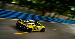 CHONBURI, TAILÂNDIA 15 DE JULHO DE 2018: Borre corridas de carros do lamborghini na pista em Bangsaen Grand Prix 2018 perto da pr fotografia de stock royalty free