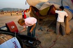 Chonburi, Tailandia - 12 de diciembre de 2009: El piloto infla el aire frío t Imagen de archivo