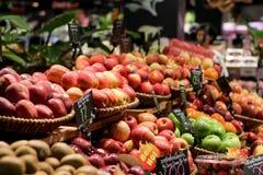 CHONBURI, TAILANDIA - 21 DE MAYO DE 2017: Frutas frescas en estante Fotografía de archivo