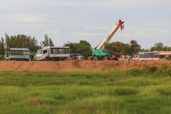 Chonburi, Tailandia - 5 luglio 2015: I camion della gru sono sul campo a Fotografia Stock Libera da Diritti