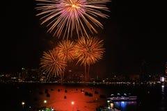 Chonburi, Tailandia - 28 novembre 2015: Il festival internazionale dei fuochi d'artificio di Pattaya è una concorrenza fra i paes Fotografie Stock Libere da Diritti